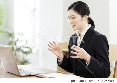 온라인 취업 활동을하는 여성 원격 면접 69104404