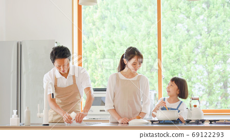 대화하면서 요리하는 가족 69122293