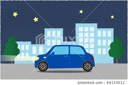 夜間在城市道路上行駛的藍色汽車的矢量圖 69124012