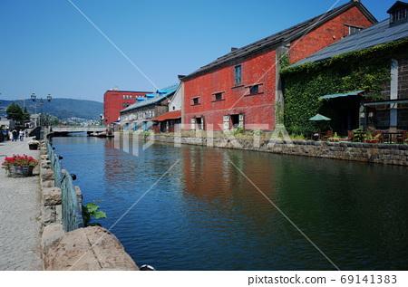 Otaru canal and blue sky 69141383