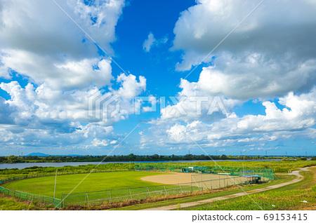 푸른 하늘과 야구 그라운드 69153415