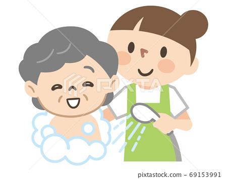 노인 여성 목욕 시중을 할 여성 간병인 69153991