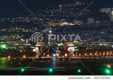 伊丹機場和螺旋槳飛機在晚上 69156560