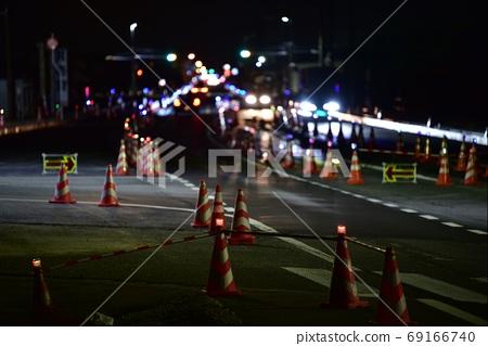 Road at night, under construction 69166740