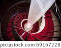 閃閃發光的紅色螺旋樓梯 69167228