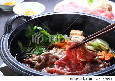 Kuroge Wagyu beef sukiyaki 69197094