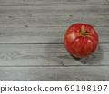 """목조 테이블에 한 개의 빨간색 """"사과"""" 69198197"""
