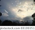 日落和雲層和樹木剪影 69199351