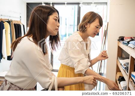 女人享受在一家精品店購物 69206371