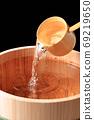 Image of sake in a barrel 69219650