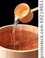 Image of sake in a barrel 69219651