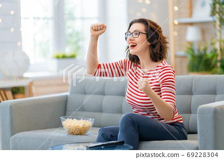 woman watching TV 69228304