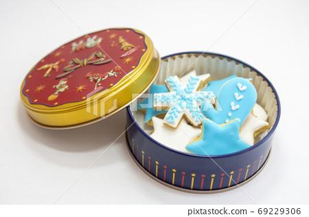 罐裝藍色和白色的糖霜餅乾 69229306