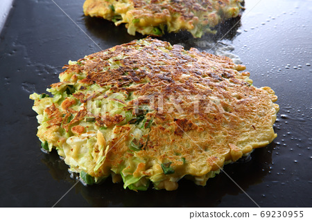 Okonomiyaki cooking process 69230955