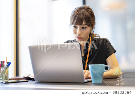 A woman who is absorbed in work 69232364