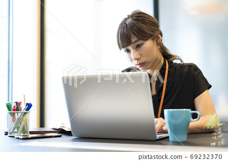 A woman who is absorbed in work 69232370
