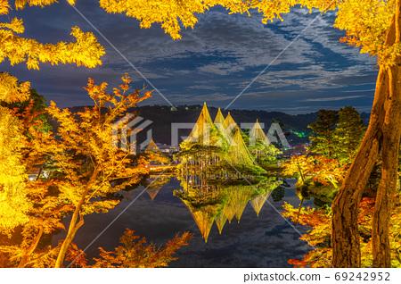 가을의 겐로쿠엔 雪吊의 라이트 업 [이시카와 현] 69242952