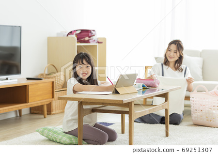 在客廳裡學習平板電腦的女孩 69251307