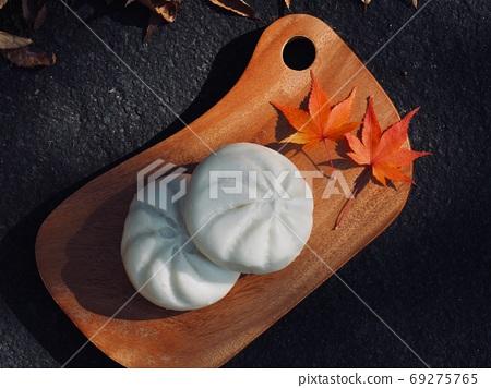 중국식 고기야채 찐빵과 단풍잎 69275765