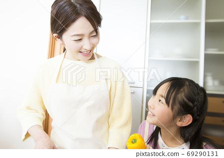 요리를 만드는 부모와 자식 69290131