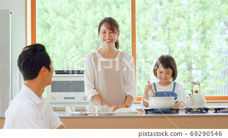 대화하면서 요리하는 가족 69290546