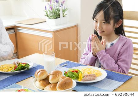 아침밥을 먹는 여자 69290644