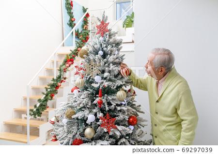 크리스마스 트리에 장식을하는 시니어 69297039