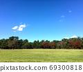 藍天和綠色草坪 69300818