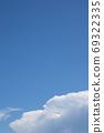 여름 하늘과 비행기 구름 - 가로와 세로의 차이가 있습니다 69322335