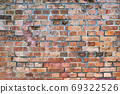 오래된 벽돌 벽 - 여러 종류가 있습니다 69322526