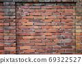 오래된 벽돌 벽 - 여러 종류가 있습니다 69322527