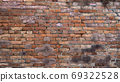 오래된 벽돌 벽 - 여러 종류가 있습니다 69322528