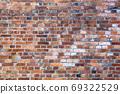 오래된 벽돌 벽 - 여러 종류가 있습니다 69322529