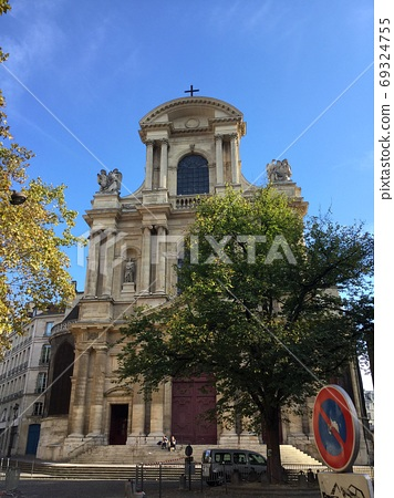 Stroll around Paris in the fall 69324755