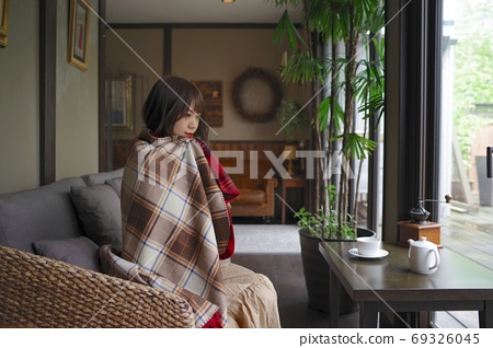 Young woman warming up in a cafe 69326045