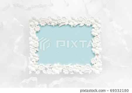 旁邊是白色蕾絲和花卉框架 69332180