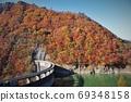 宮城縣大崎市鳴子水壩鮮紅的山脈上空的秋葉 69348158