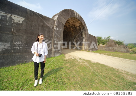 Young woman traveling on the walls of Hu Dynasty 69358292
