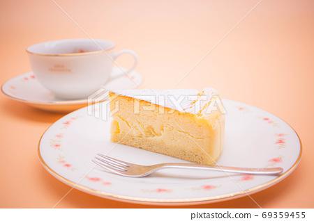 下午茶時間的圖像烤芝士蛋糕和茶 69359455
