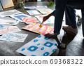 아틀리에에서 그림을 그리는 예술가 69368322