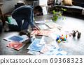 아틀리에에서 그림을 그리는 예술가 69368323