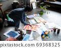아틀리에에서 그림을 그리는 예술가 69368325