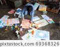 아틀리에에서 그림을 그리는 예술가 69368326