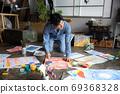 아틀리에에서 그림을 그리는 예술가 69368328