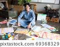 아틀리에에서 그림을 그리는 예술가 69368329