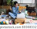 아틀리에에서 그림을 그리는 예술가 69368332