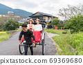 妇女和朋友在由布院女童之旅中享受人力车[9月] [照片合作人力车Ebisuya] 69369680