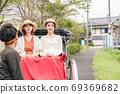妇女和朋友在由布院女童之旅中享受人力车[9月] [照片合作人力车Ebisuya] 69369682