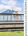 年轻女子和朋友在一次女友之旅中,在由布山的背景下看风景[9月] 69369941