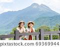 年轻女子和朋友在一次女友之旅中,在由布山的背景下看风景[9月] 69369944